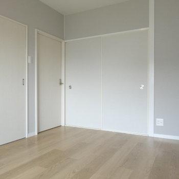 大きめのベッドも置けそうです!奥の扉は何だろう?