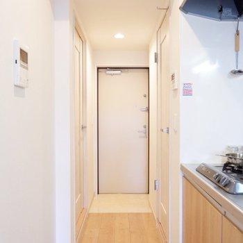 キッチンから玄関へはフラットになっています。※家具・雑貨はサンプルです