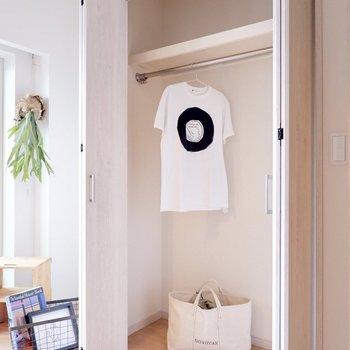 クローゼットもあるので、奥の洋室を寝室に。※家具・雑貨はサンプルです