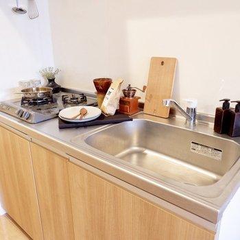 シンクがゆったりとしたキッチンです。※家具・雑貨はサンプルです