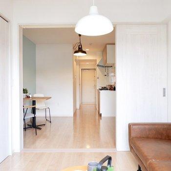 扉は木目柄があり、空間に表情があります。※家具・雑貨はサンプルです