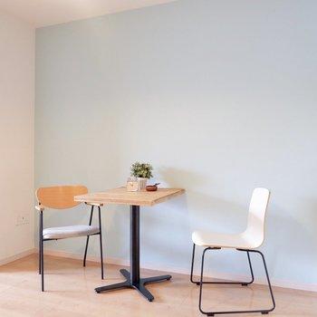 ブルーの壁の面にインテリアを置きたいですね。※家具・雑貨はサンプルです