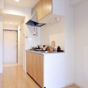 キッチン横に冷蔵庫を。※家具・雑貨はサンプルです