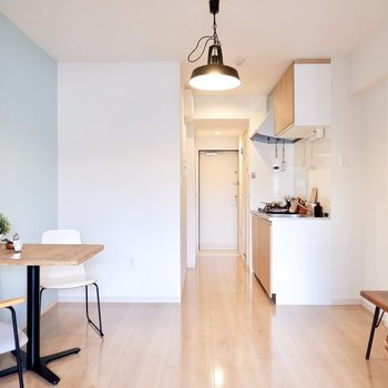 全体的に淡い色合いで、北欧風の家具がよく合いそうです。※家具・雑貨はサンプルです