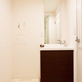 洗面台はブラウンでシックな印象です。※家具・雑貨はサンプルです