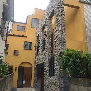 黄色と石壁の組み合わせは異国感漂っていました