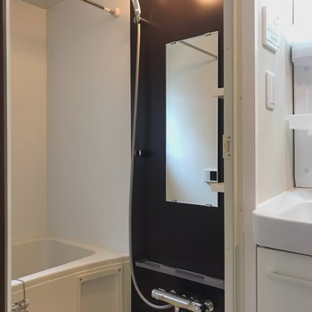 実はお風呂場にも小窓で、明るさがありますね