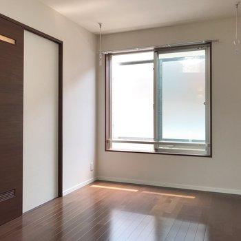 【洋室】ドアの奥はサニタリースペースです