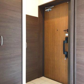 玄関すぐ横の扉、気になる。