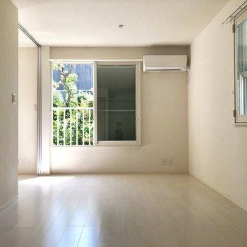 小さな窓がある二面採光の角部屋。