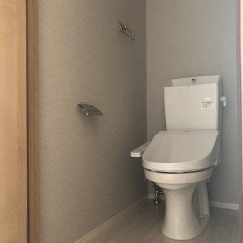 トイレの空間はゆったりめ。※写真は通電前のものです