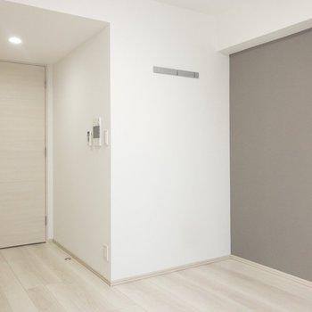 壁にはカバンが引っかけられます※写真は6階の反転間取り別部屋のものです