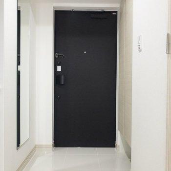 玄関は鏡付きで身だしなみチェックができますね※写真は6階の反転間取り別部屋のものです