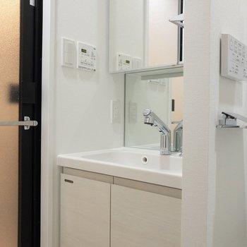 洗面台の鏡の裏は収納になっています※写真は6階の同間取り別部屋のものです