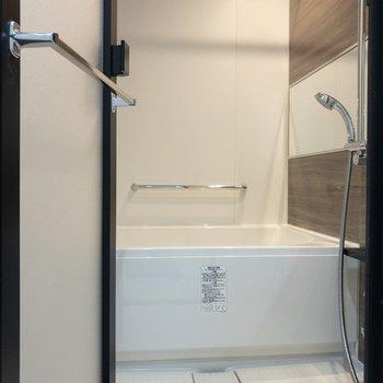 お風呂も鏡が大きいです※写真は6階の同間取り別部屋のものです