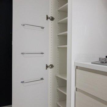 キッチンの隣にシューズボックスがあります※写真は6階の同間取り別部屋のものです