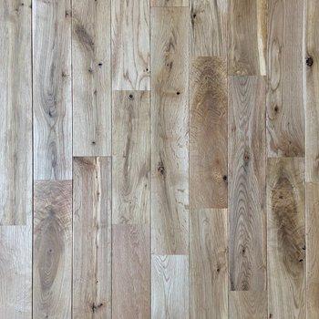 足元に広がる無垢床。サラサラの触り心地が気持ち良いです。