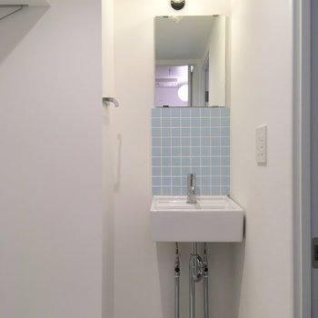 洗面台はキッチンのデザインとよく似てますね、可愛らしい。