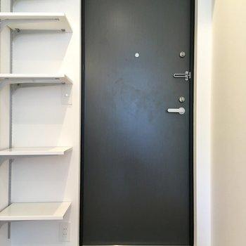 玄関。扉のブラックがお部屋の印象を引き締めます。