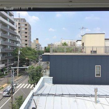 居室入って右手にある窓からは、こんな感じ。日当たりを遮るものはなさそうです。