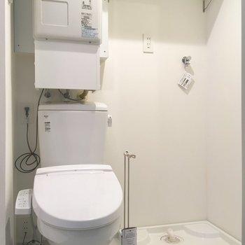 その左にトイレと洗濯機置き場。