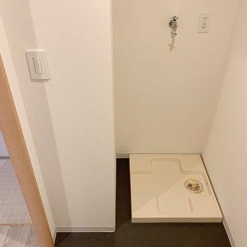 脱衣所に洗濯機。脱いだら入れるが鉄則!(※写真は前回募集時のものです)