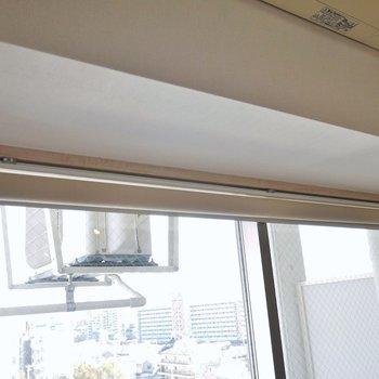 窓にはブラインドが設置されます