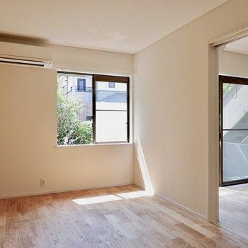 【6.5帖洋室】リビング側の扉を開けると開放的に。