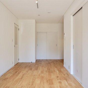白い壁に無垢床が爽やかな印象です。