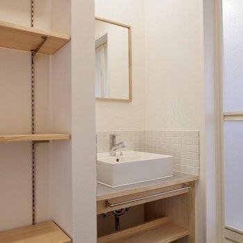 洗面台は一部タイル張りで可愛いデザインに。