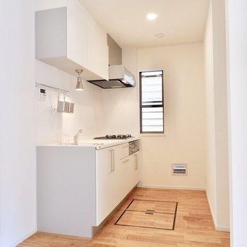 キッチンは程よく仕切られたところに。スペースもゆったりです。