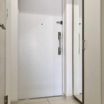 シューズボックスには姿見付き ※写真は2階の同間取り別部屋のものです