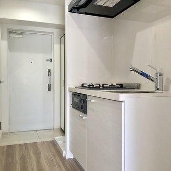 キッチンの右側に冷蔵庫が置けます ※写真は2階の同間取り別部屋のものです