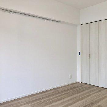 こちらの壁にはピクチャーレールがあります ※写真は2階の同間取り別部屋のものです