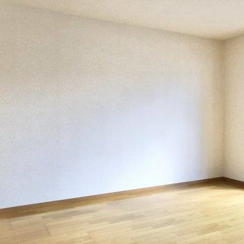 この広さなら、テレビは大きめでもいいなあ※写真は2階の同間取り別部屋のものです