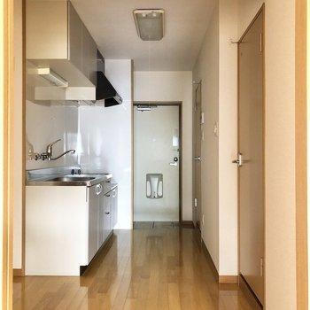 キッチンが広い……!※写真は2階の同間取り別部屋のものです