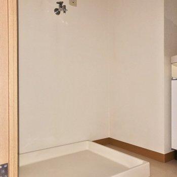 お隣には洗濯機置場です※写真は2階の同間取り別部屋のものです