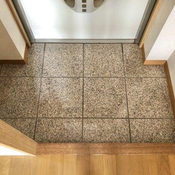 玄関スペースはコンパクト※写真は2階の同間取り別部屋のものです