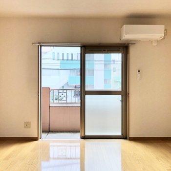 窓からの光が床に反射して輝いています※写真は2階の同間取り別部屋のものです