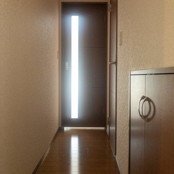 サニタリー前からリビング前まで。右奥の扉を開くとトイレが。※写真は通電前のものです