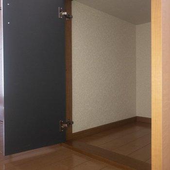 トイレの横には収納スペース。ここにはペーパーやタオル類をしまおうかな。※写真は通電前のものです
