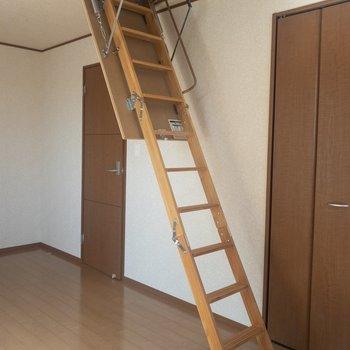 【洋室①】なんと小屋裏収納があります。