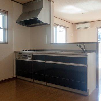 【LDK】キッチンにも収納がたくさん。※写真は通電前のものです