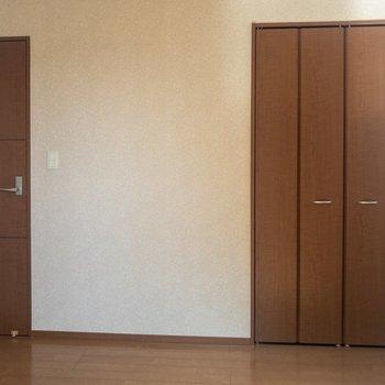 【洋室①】扉の色合いが素敵。