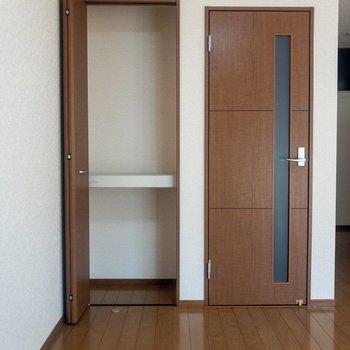 【LDK】ドアの横には収納スペースが。日用品や生活雑貨はここに。