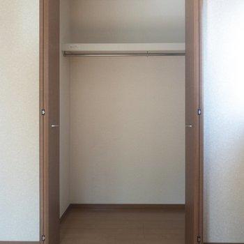 【洋室①】クローゼットには2シーズン分くらいの服が入りそうです。