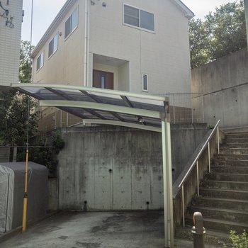 玄関までは階段を上ります。