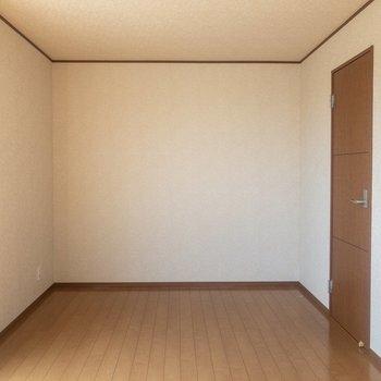 【洋室①】大きな本棚も置けそう。