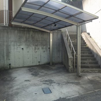 駐輪・駐車スペースには屋根がありますよ。