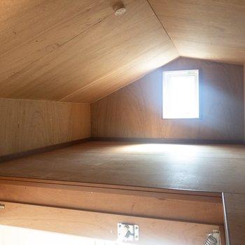 【洋室①】小屋裏にも窓が。